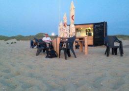 Zeecontainers worden strandpaviljoen